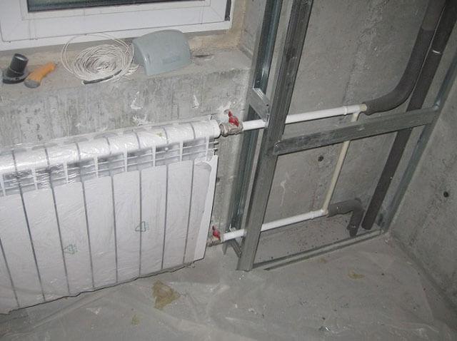 Как закрыть трубу отопления в коридоре