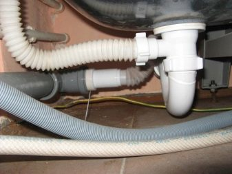Течет труба под раковиной в кухне