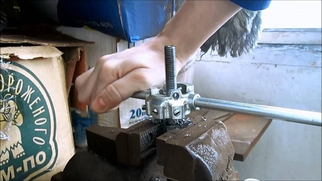 Трубный зажим для нарезания резьбы