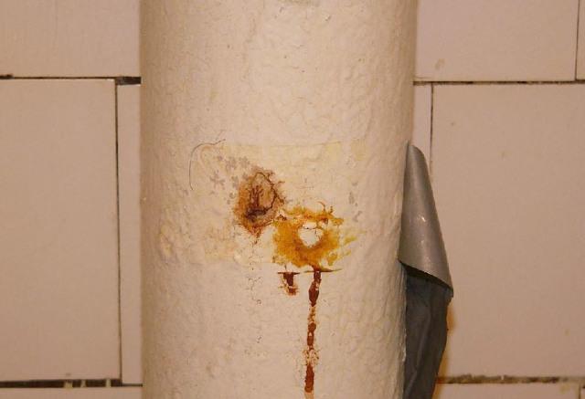 Свищ в трубе отопления квартиры