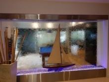 Фонтан в стеклянной трубе