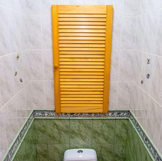 Как закрыть трубы в туалете с помощью жалюзи