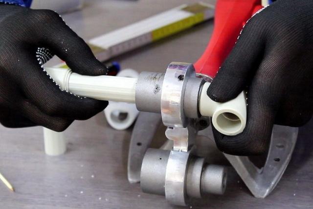 Как льют пластиковые трубы