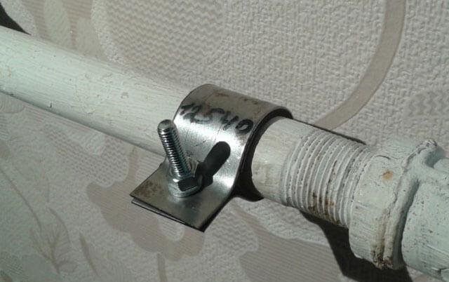 Течет труба с горячей водой в ванной