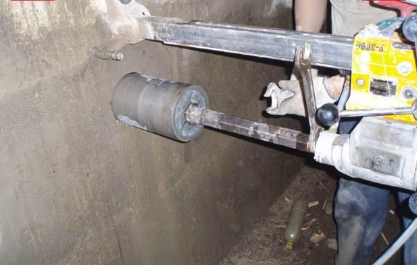 Канализационная труба через ленточный фундамент