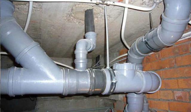 Держатели для труб канализации