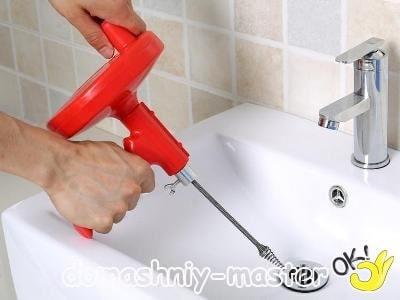 Сантехник прочистил не только трубы