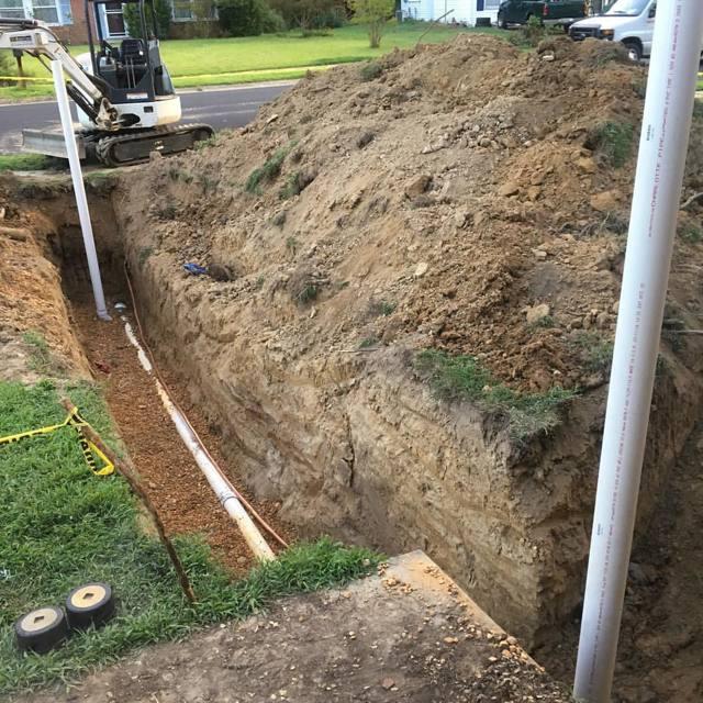 Серая канализационная труба в землю